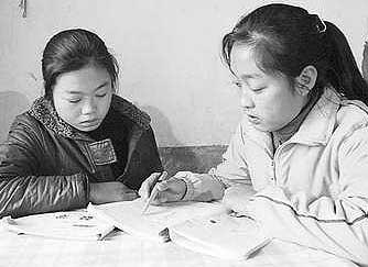 13岁女孩撑起家 孤女带着妹妹去上学