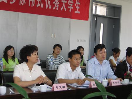 优秀学生代表、天津工业大学信息学院研究生徐伟与中央采访团座谈-图片