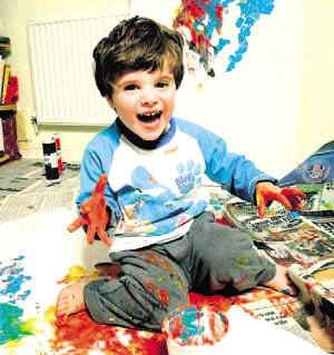 艺术 番茄酱/两岁男孩弗莱迪·林斯基用番茄酱颜料乱抹