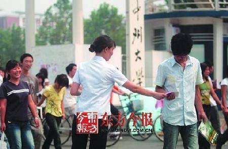 郑州市惠济区迎宾路办事处计生人员走进大学城,宣传防止艾滋病的知...图片 28140 450x295
