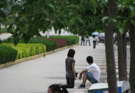 史上最狠心男友 女大学生当街跪求男友谅解--人