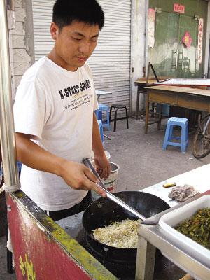 扬州贫困生休学路边卖蛋炒饭 一年挣10万--人民