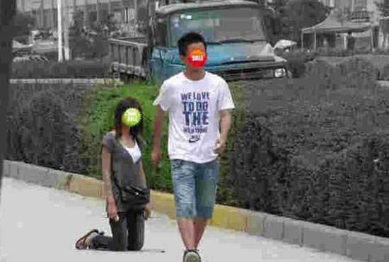 网帖曝90后女生向男生下跪动漫赞敢爱敢恨(3女生吻男生图像的专家图片