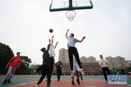 江苏锡山高中:天天一节体育课 每天锻炼一小时