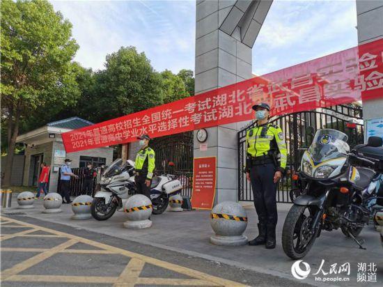 武昌交警为考生护航。人民网 肖璐欣摄