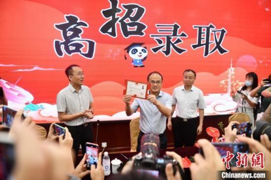 7月8日,四川第一封錄取通知書從電子科大發出。張浪 攝