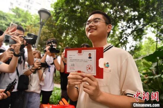 7月8日上午,四川省2021年普通高校招生第一封錄取通知書從電子科大發出。圖為考生收到錄取通知書。張浪 攝