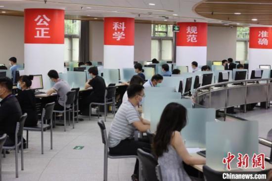 資料圖:2021年6月16日,北京高考數學評卷點,工作人員正在閱卷 楊可佳 攝