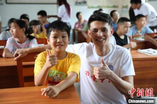 留学生走进中国乡村学校。 中南大学供图