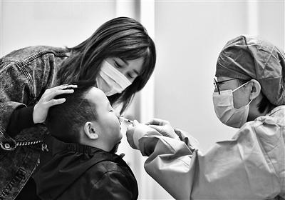 """孩子""""一喷一吸""""完成疫苗接种"""